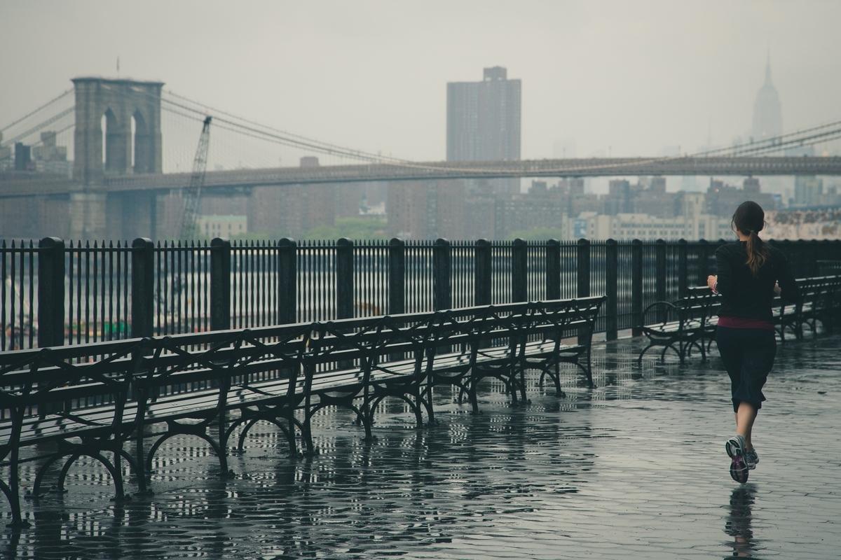 雨の中走る女性