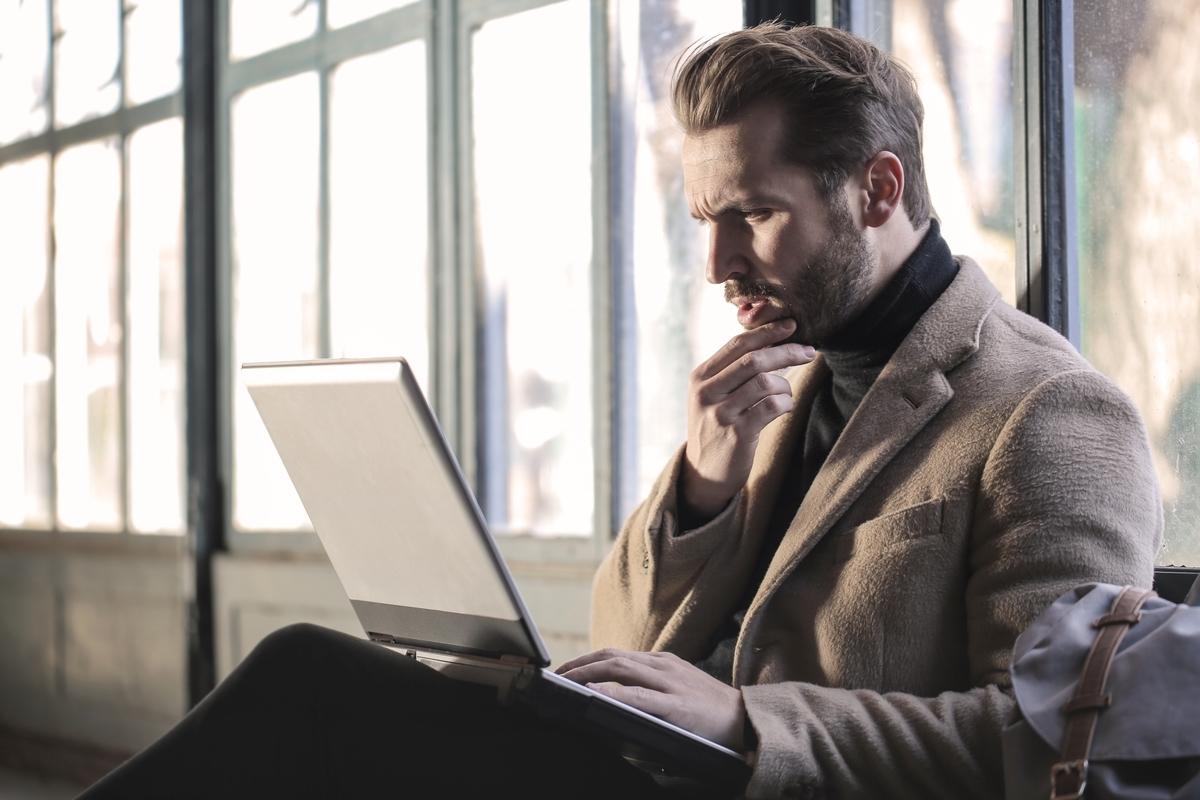 PCを触る男性