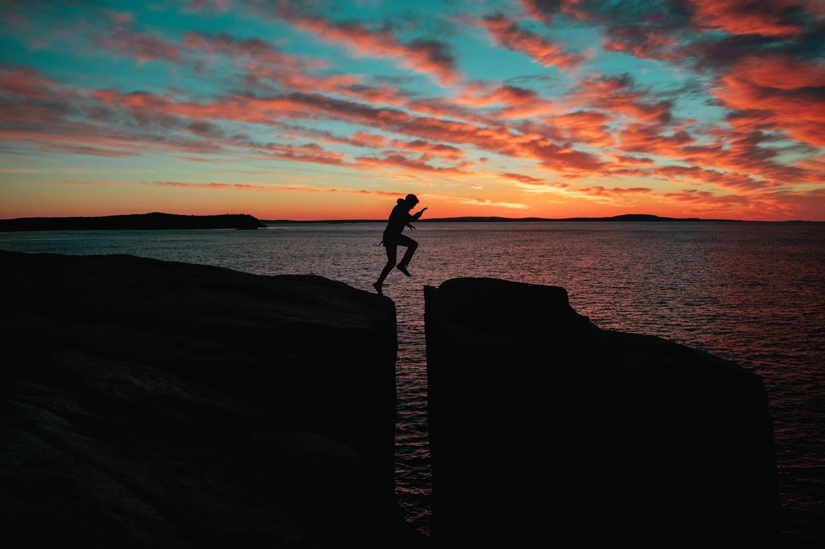 夕日を飛び越える人