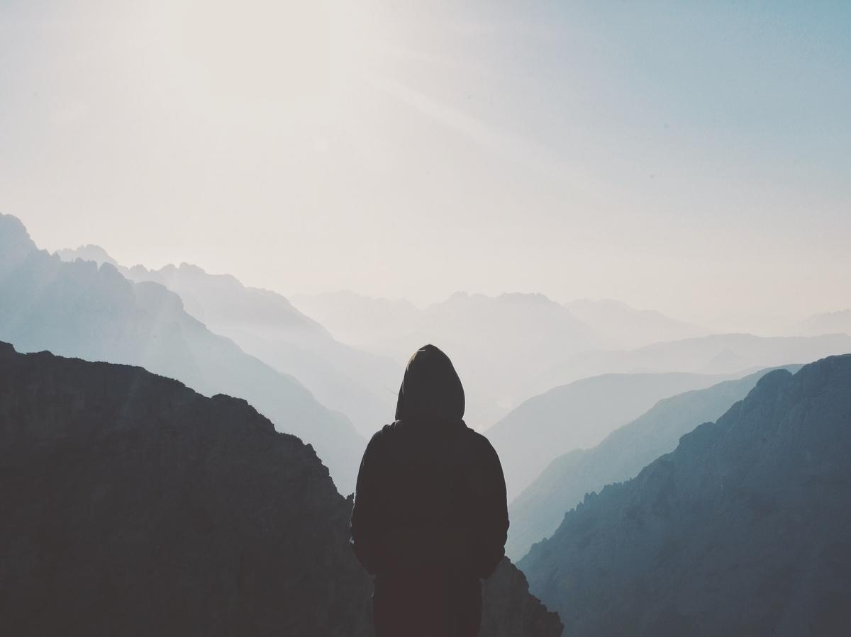 山に立つ人