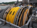 [海上自衛隊][ながしま]後部甲板のドラムに巻かれた各種ケーブル。