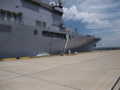 [海上自衛隊][しもきた][舷梯]柏崎港に接岸した輸送艦「しもきた」。