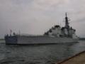 [海上自衛隊][ちょうかい]体験航海に向かうために岸壁を離れる「ちょうかい」。