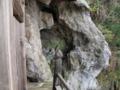 [史跡][左下観音]三階回廊から、背後の洞窟を見る。