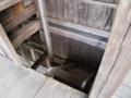 [史跡][左下観音]三階からの階段。あと史跡に悪戯書きするなバカ(怒)。