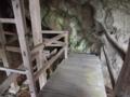 [史跡][左下観音]背後の岩場を利用して、階段の踊り場が作られています。