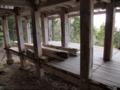 [史跡][左下観音]一階に置かれているのは、修理で交換された柱?