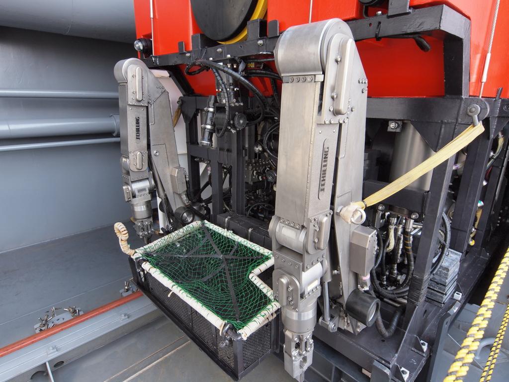 「ちはや」無人潜水機のマニピュレータと、採取用バスケット。