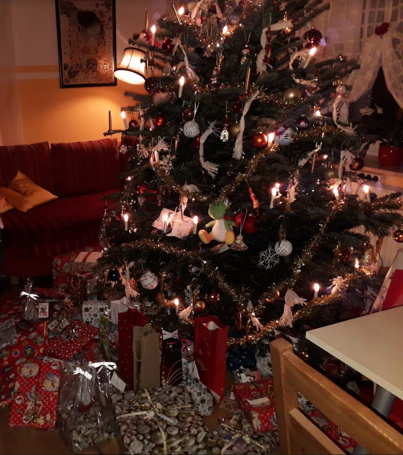 Christmas_gifts_under_christmas_tree