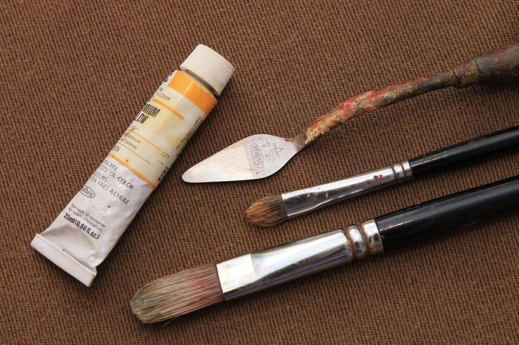 絵の具と筆とペインティングナイフ