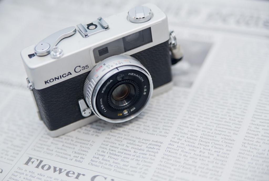 カメラと新聞紙