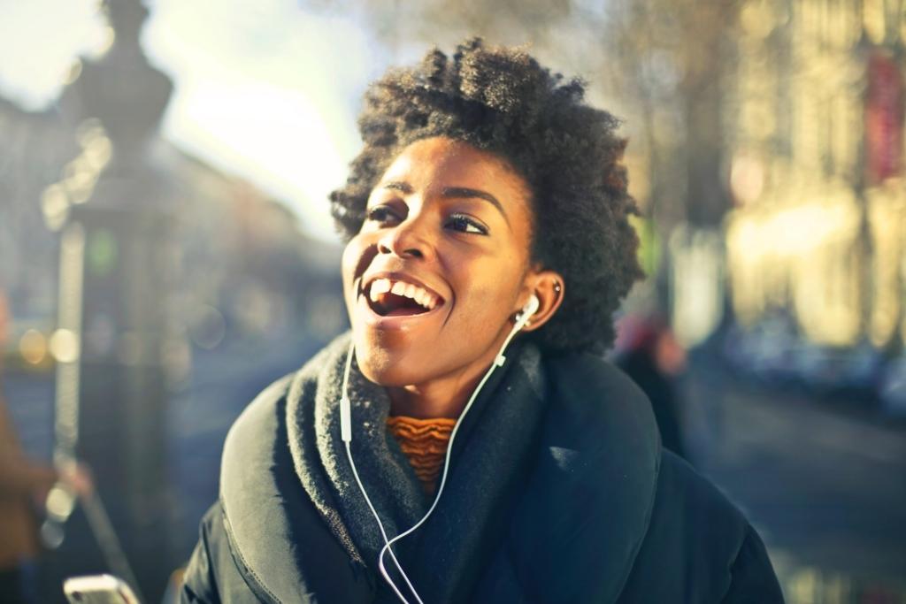 イヤホンをして音楽を聴きながら歌う女性