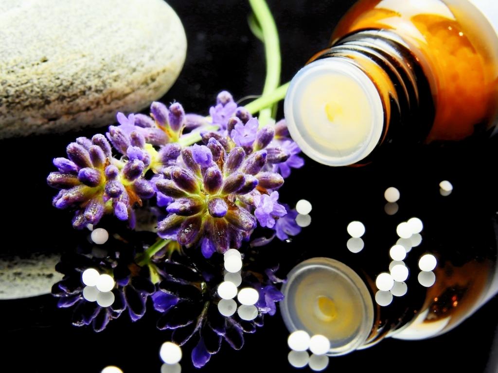 アロマテラピーに用いる精油とラベンダーの花