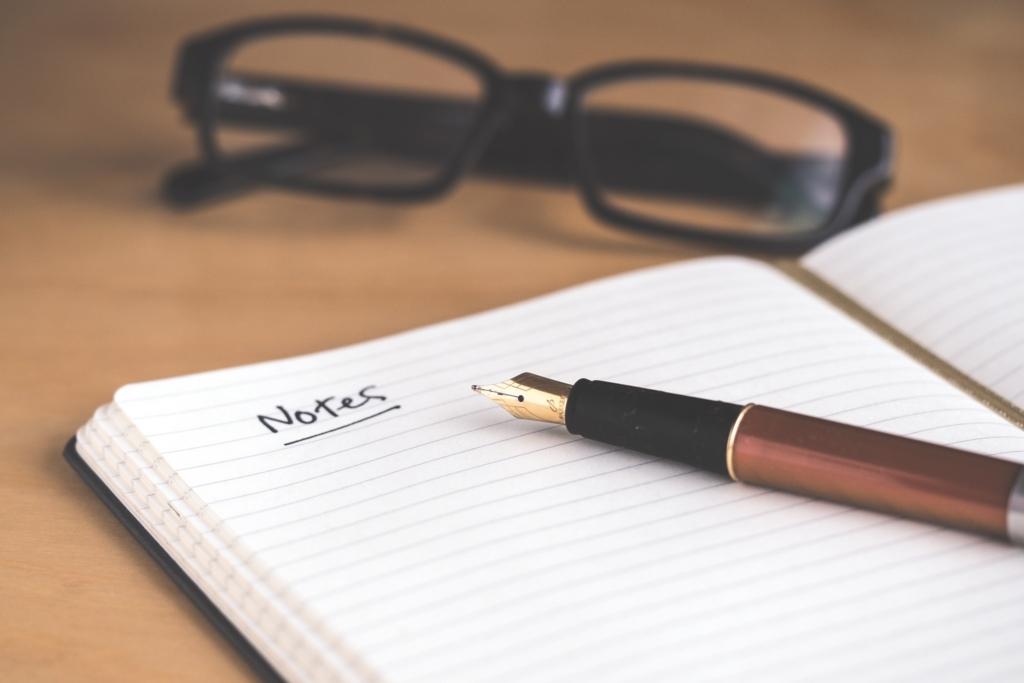 ノートとボールペンとメガネ
