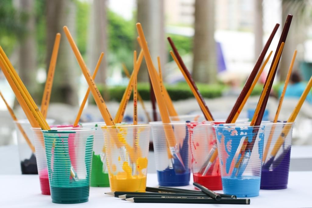 絵の具と筆と色鉛筆