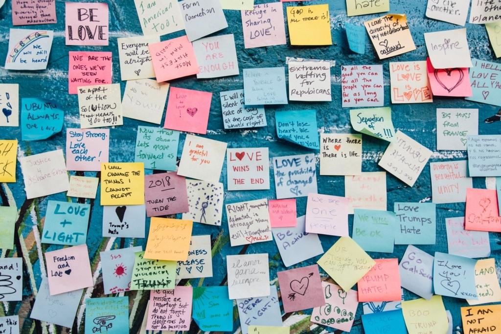 文字が書かれた紙がたくさん貼ってある壁
