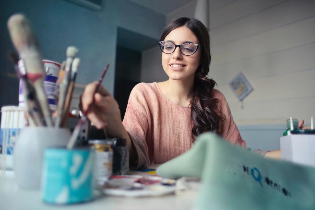 絵の具で絵を描いている女性