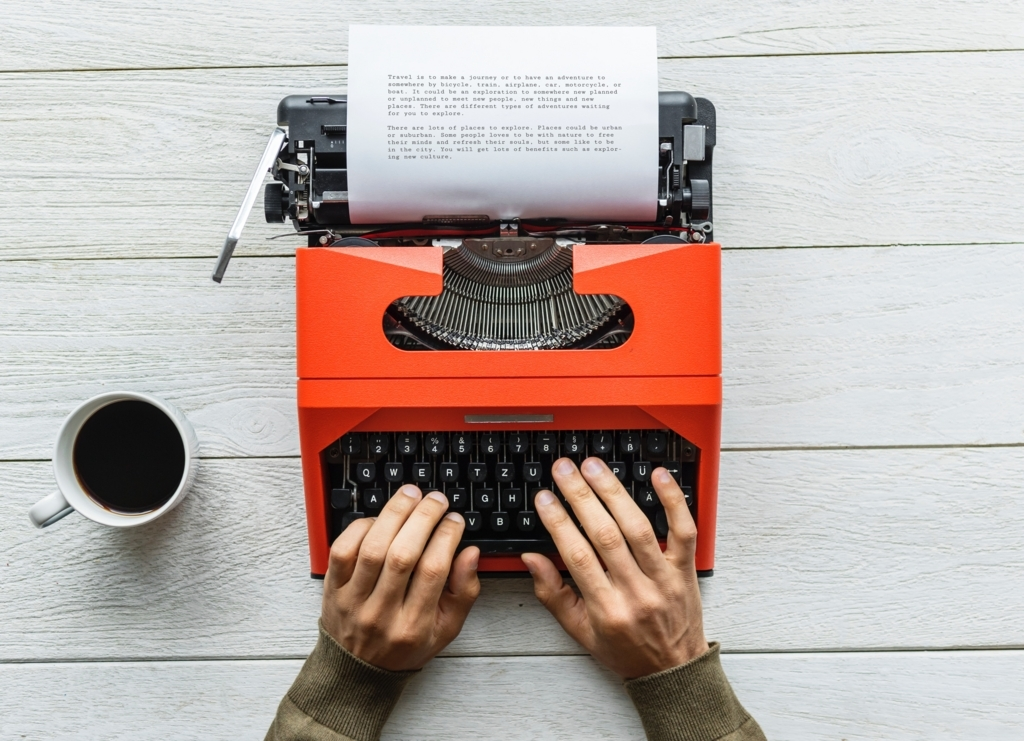 タイプライターで文字を打っている人