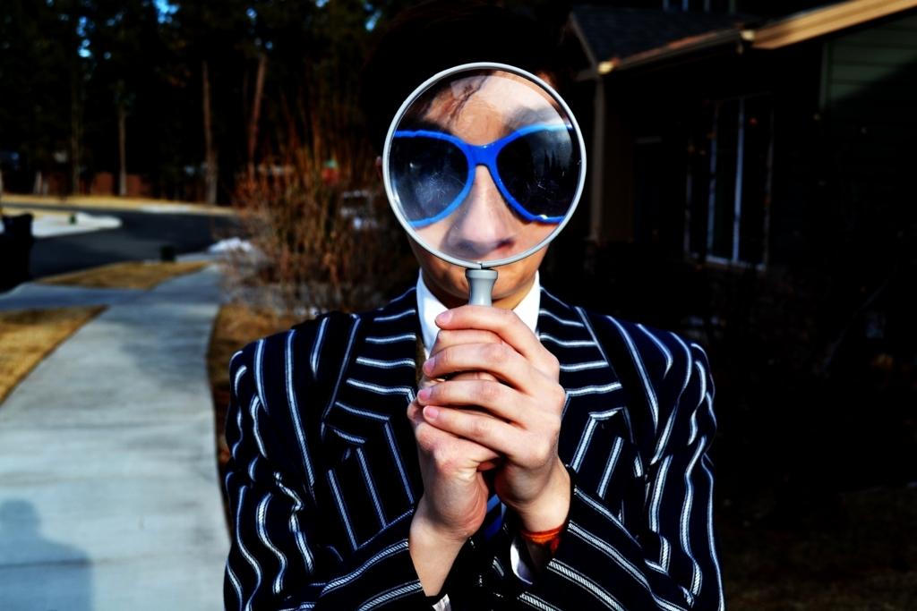虫眼鏡を持っている女性