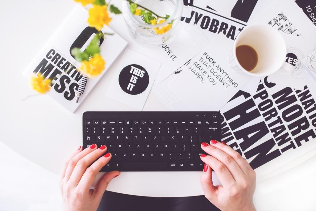 タイピングしている手とキーボード
