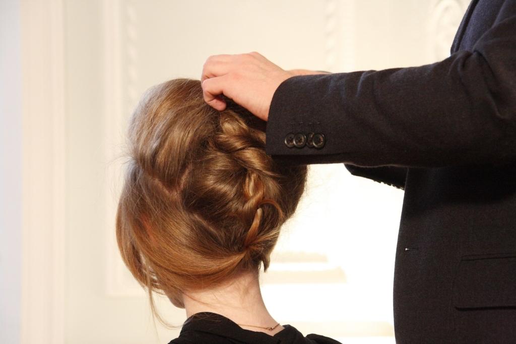 美容院で髪の毛をセットしてもらっている女性