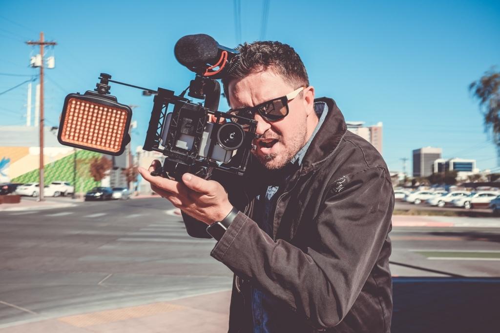 ビデオカメラを担いだカメラマンの男性