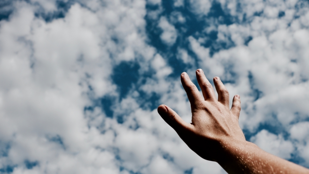 空に向かって手を伸ばしているところ