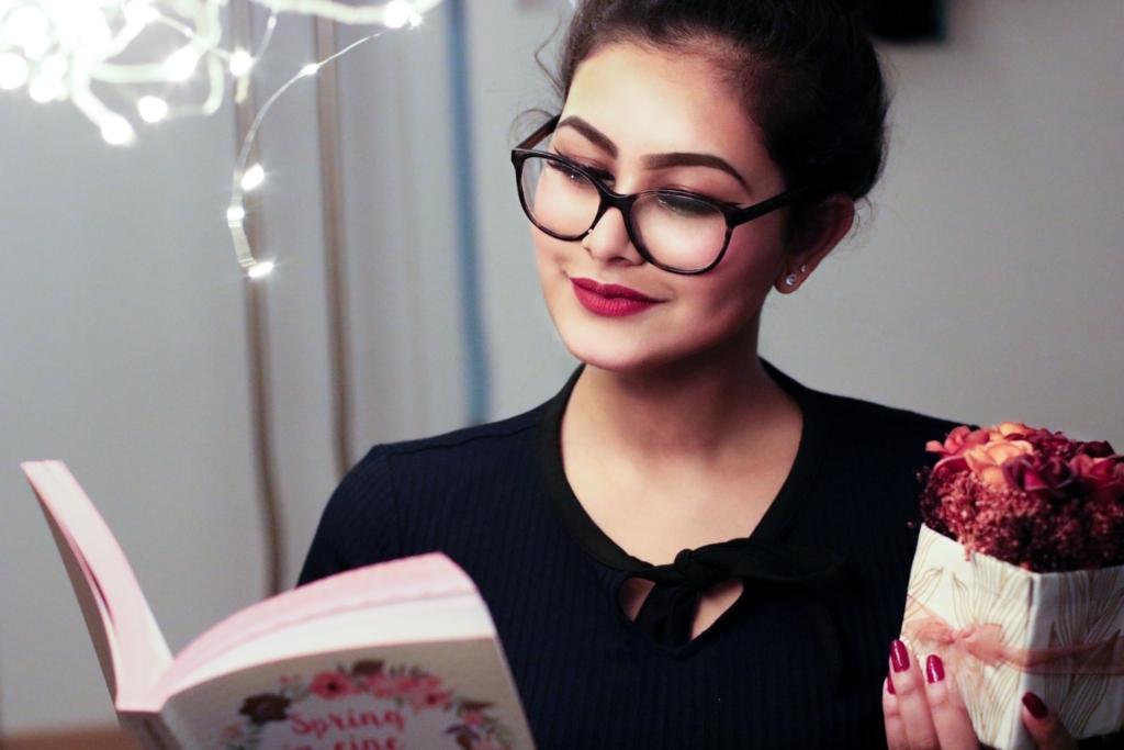 本を読んでいるメガネをかけた女性