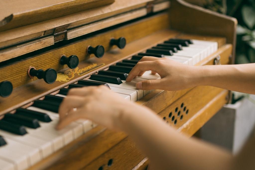 ピアノを弾いている手
