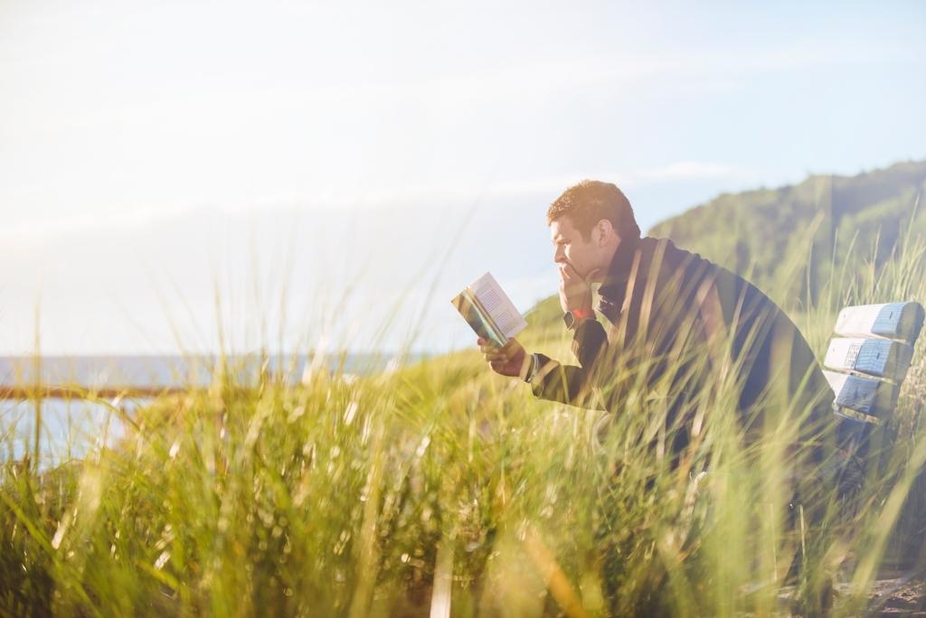 自然の中で読書をしている男性