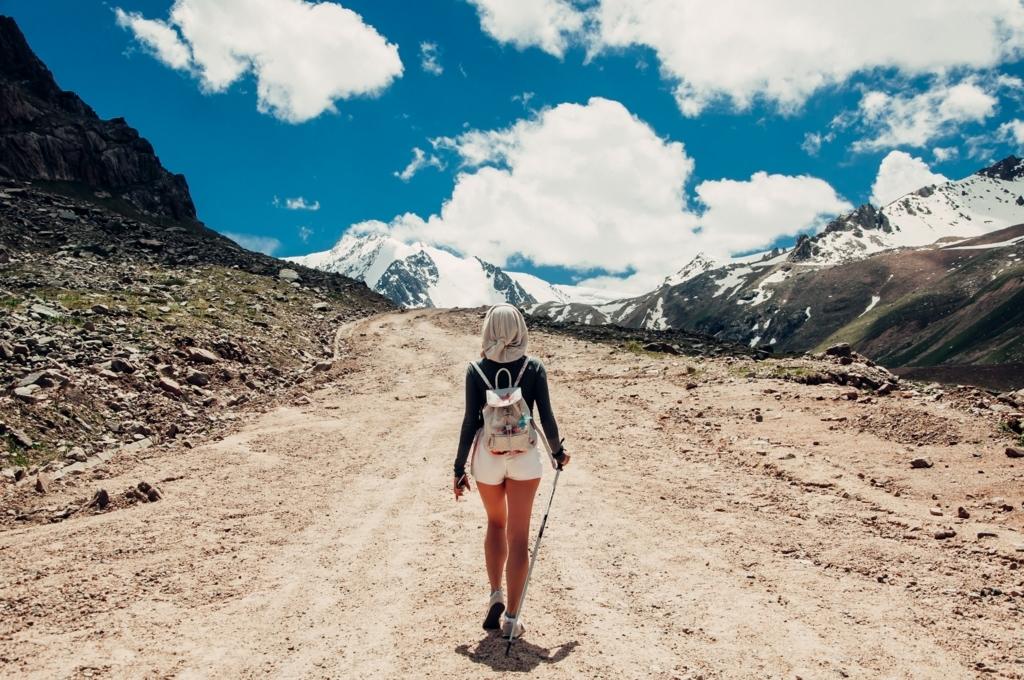 自然の中、一人で歩いている女性