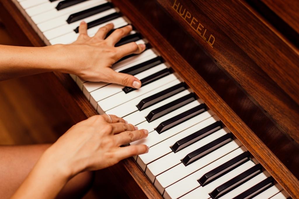 ピアノを弾いているところ