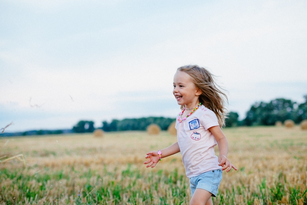 自然の中を走っている子ども