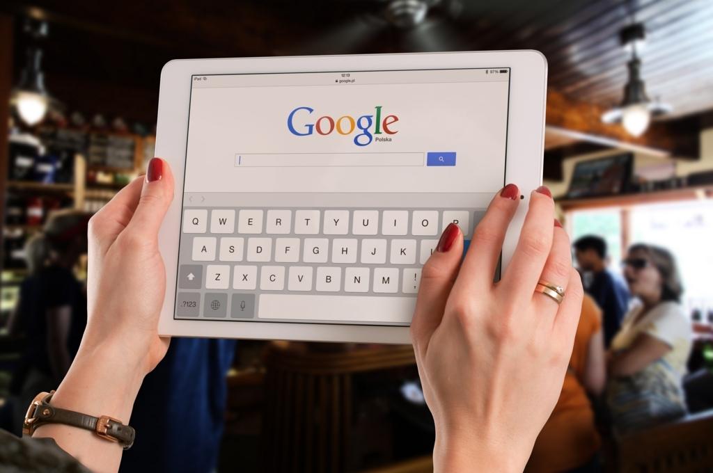 iPadでGoogleを見ている人