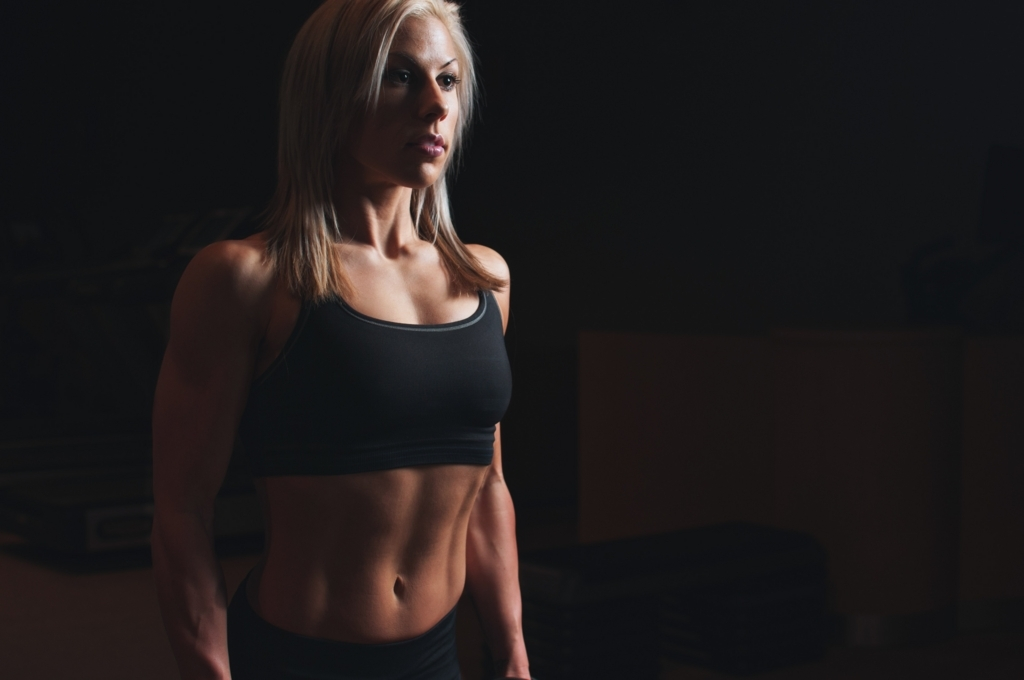 腹筋を鍛えあげた女性