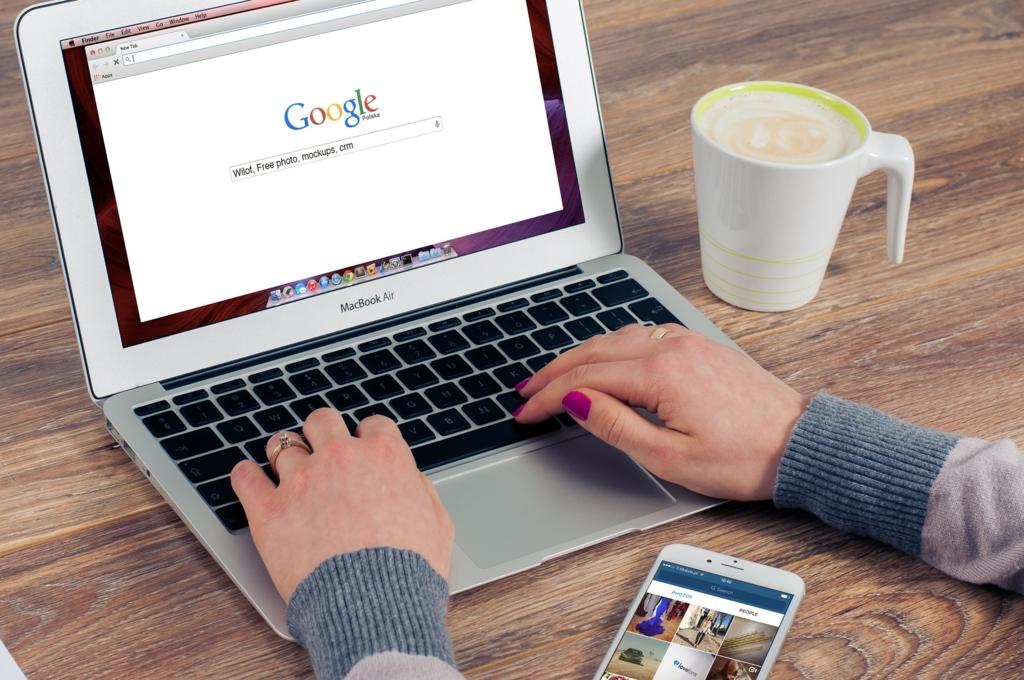 パソコンでGoogleを見ている人