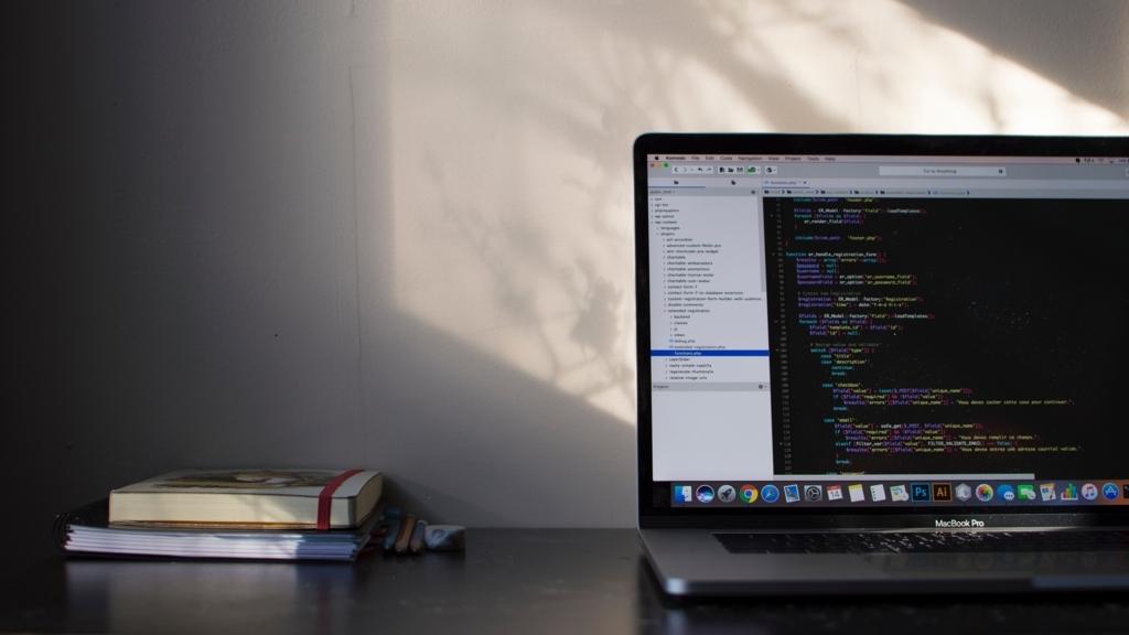 机の上のパソコンと本