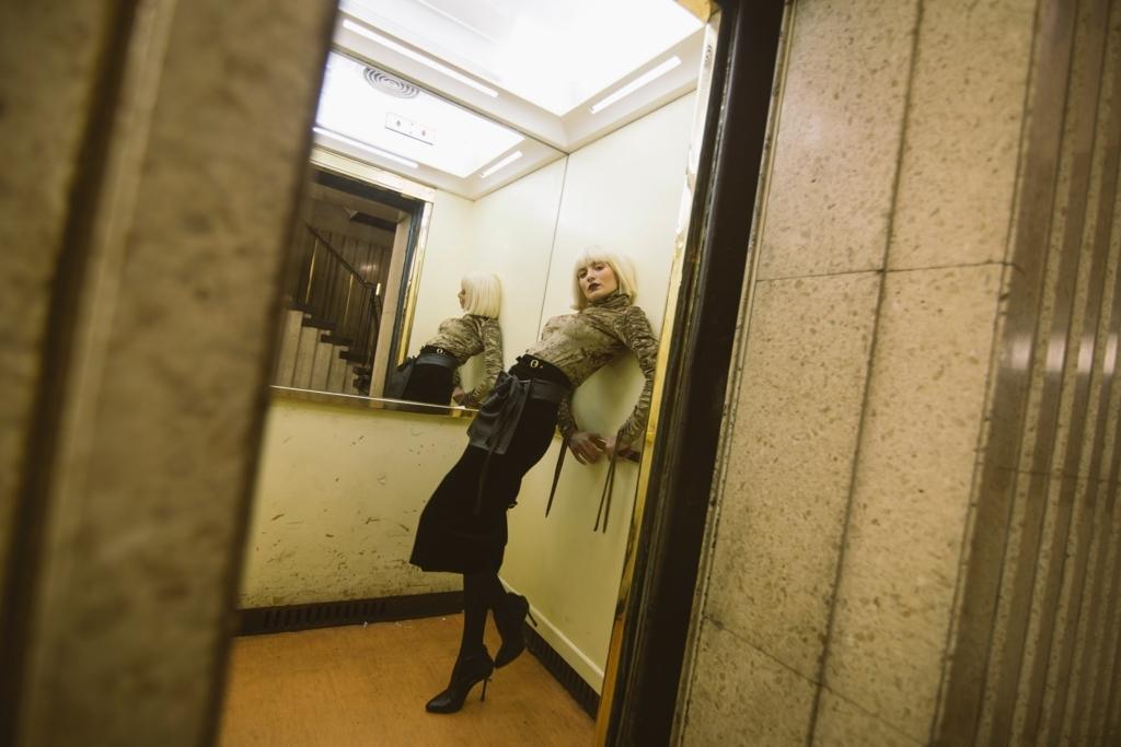 エレベーターに乗っている女性