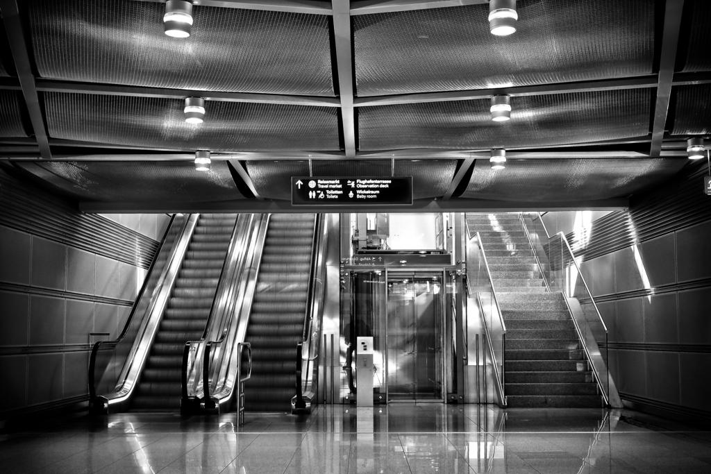 空港のエレベーターとエスカレーターと階段