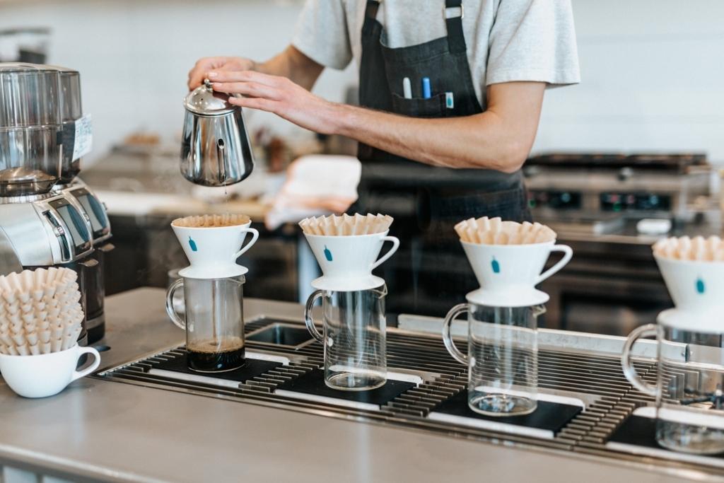 カフェでコーヒーをドリップしている人