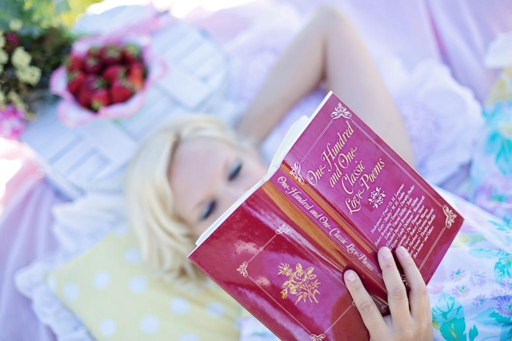 詩集を読んでいる女性