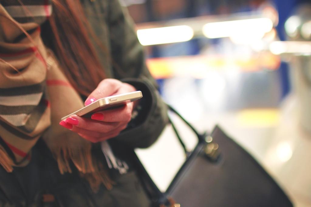携帯を見ている人
