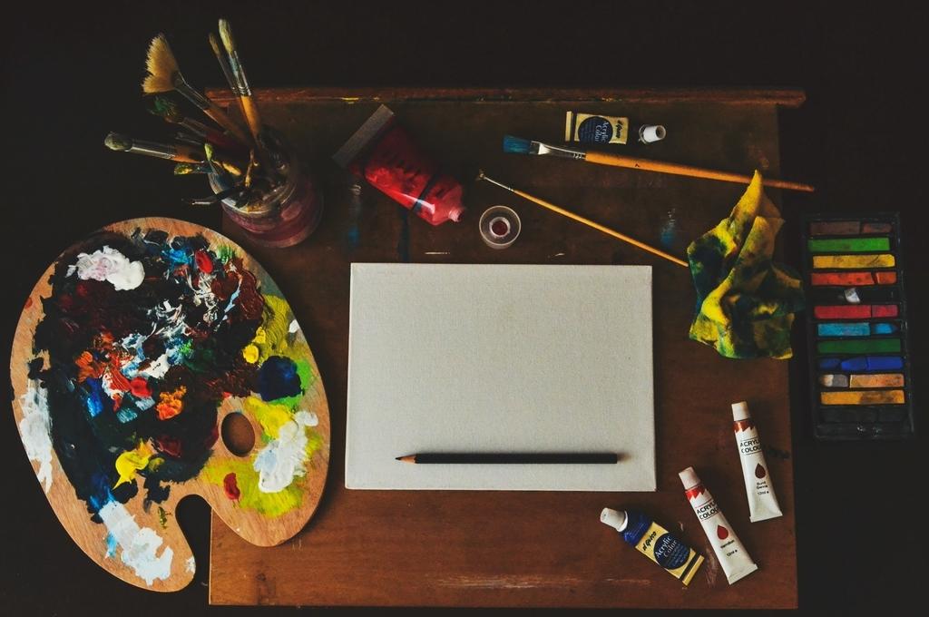 画材が机の上に並べられている