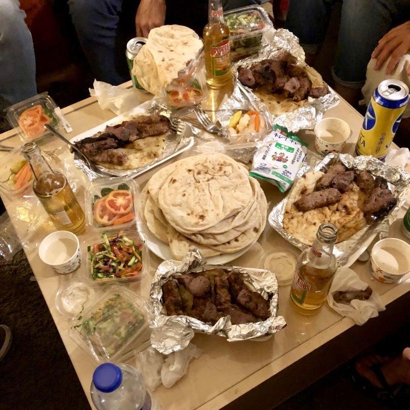 ケバブを並べたテーブル
