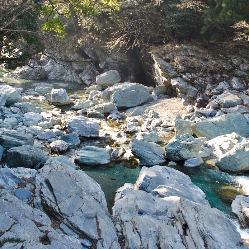 かずら橋の下の岩