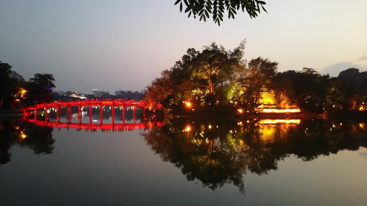 ベトナム・ハノイのホアンエキム湖・夕方の景色