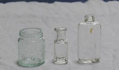 旧いガラスの小瓶