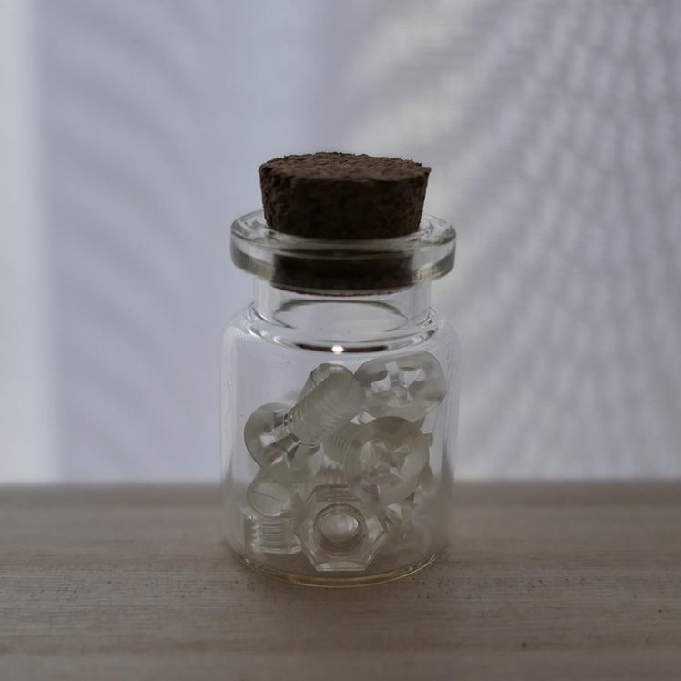 透明な樹脂製のネジとナット