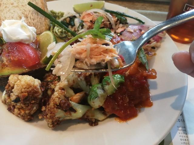 表参道CITY SHOPの甘塩鮭の柴漬けのグレインズサラダ ライムナムプラーオイル