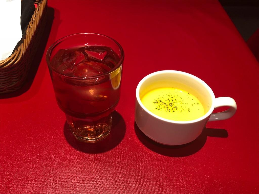 「田町 大人のハンバーグ」のスープとレモンティ